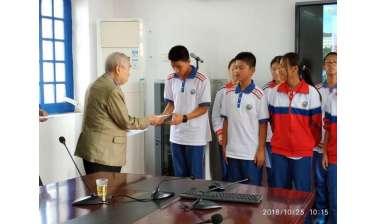มอบทุนการศึกษาแก่นักเรียนจีนที่เรียนดีแต่ขาดแคลนทุนทรัพย์